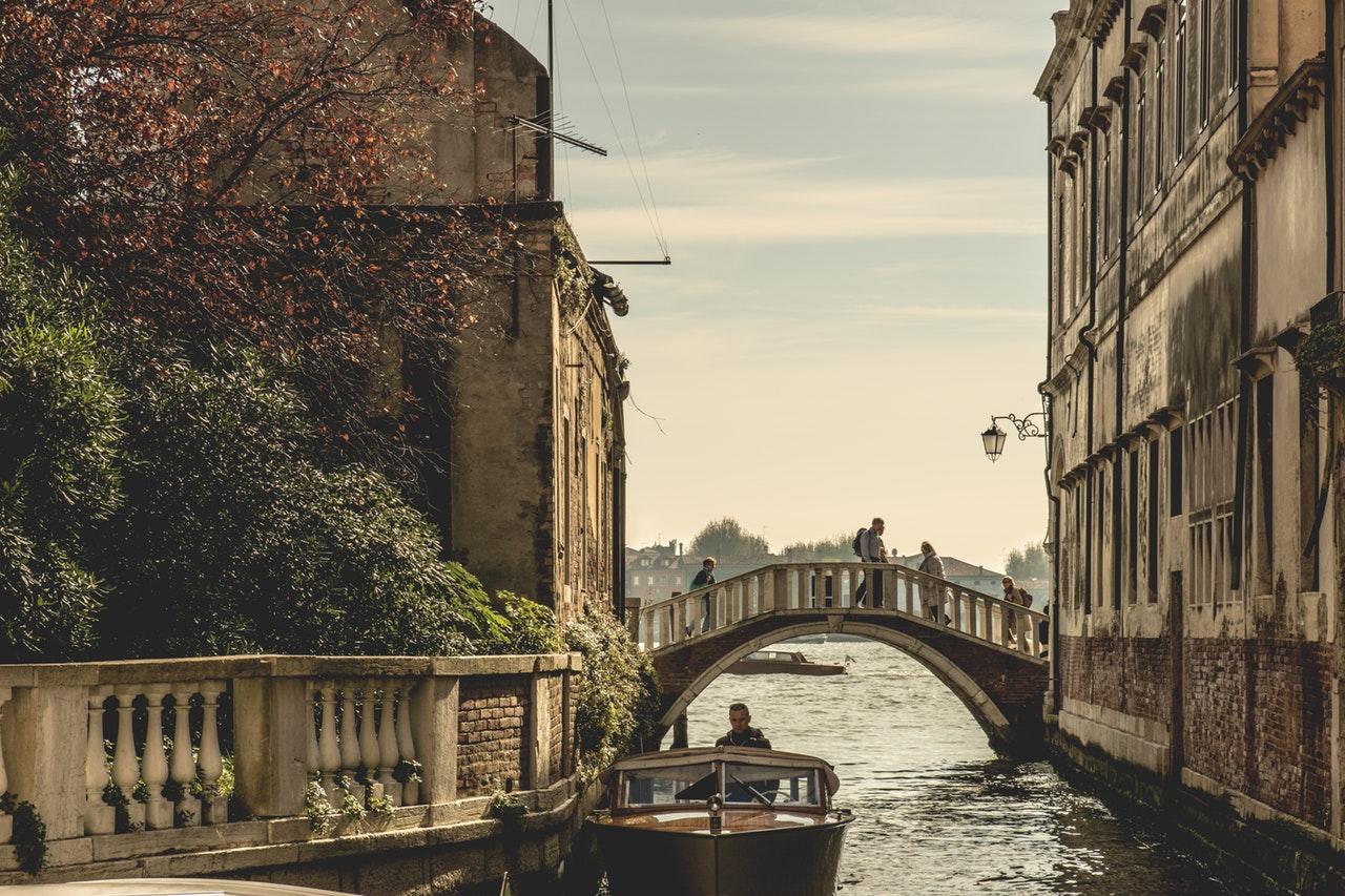 venetië gondels in het kanaal