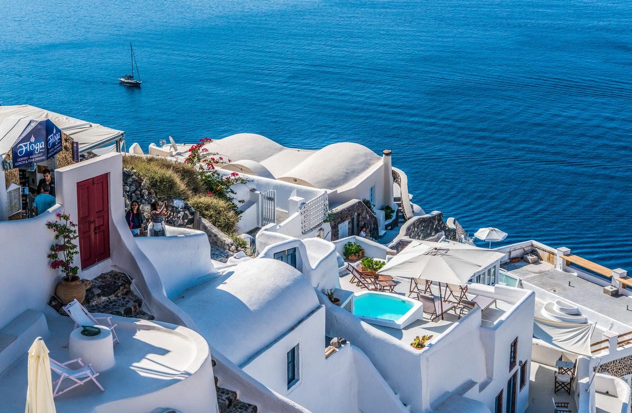 santorini huisjes en uitzicht op water