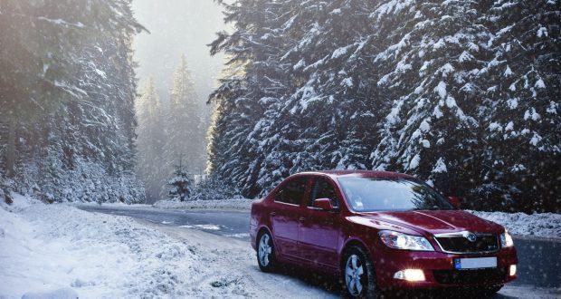 auto met sneeuwketting op wintersport